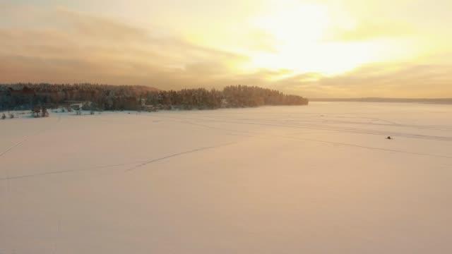 flyger över landsbygdens vinter landskap vid solnedgången. - pine forest sweden bildbanksvideor och videomaterial från bakom kulisserna