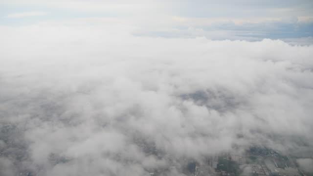 飛行機の窓から夕暮れ時に雲の空の上を飛ぶ ビデオ