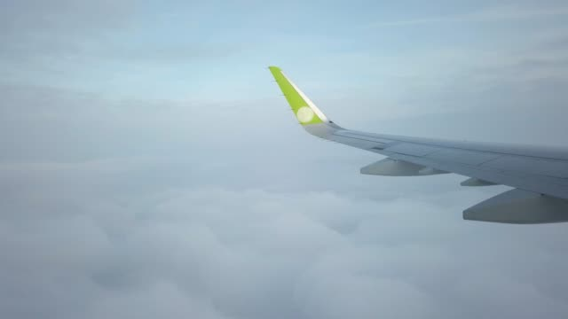 Flying above the clouds - vídeo