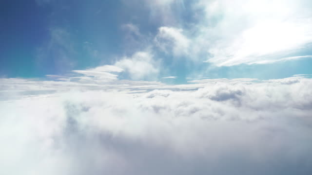 vídeos de stock e filmes b-roll de flying above the clouds - above the clouds