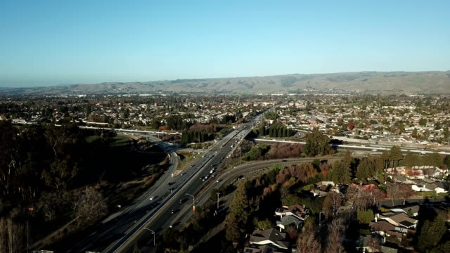 vídeos de stock e filmes b-roll de flying above urban northern california - califórnia