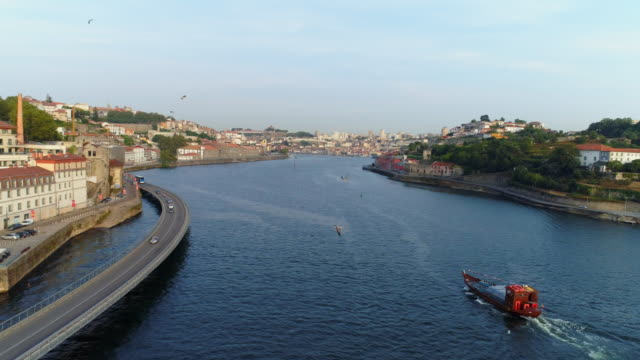 vídeos de stock e filmes b-roll de flying above water of douro river in porto - douro