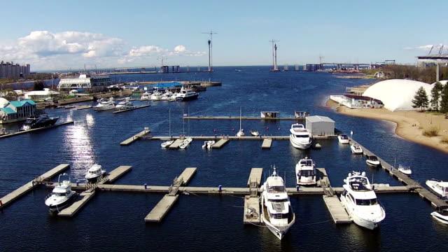 vídeos de stock, filmes e b-roll de voando acima de iates na marina, vista aérea - vinho do porto