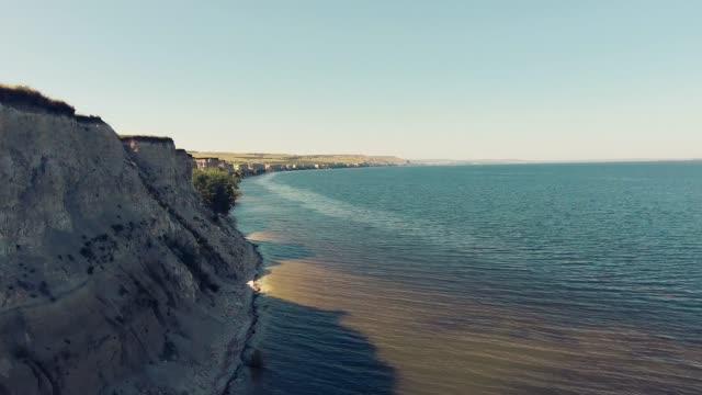 崖の端に沿って飛んで - マルチコプター点の映像素材/bロール