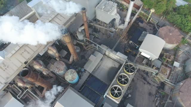 煙の周りを飛ぶ、工場からの大気汚染、空中ショット ビデオ