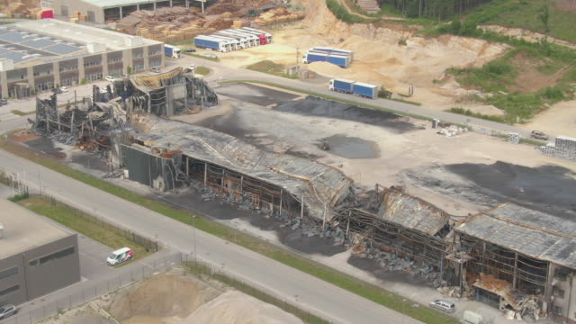 vídeos de stock e filmes b-roll de aerial: flying around remnants of a factory that burned down in a horrible fire - cinza