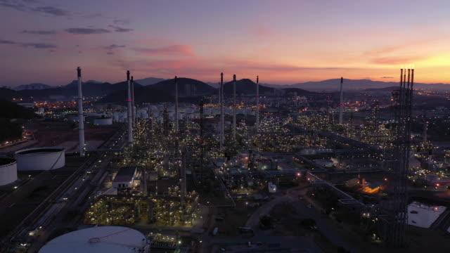 日没時の石油・ガス産業石油精製所の飛行 - 気体点の映像素材/bロール