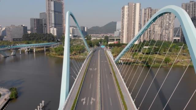 flyger mellan valv av kabel-stannade bro av ovanlig konstruktion. - walking home sunset street bildbanksvideor och videomaterial från bakom kulisserna