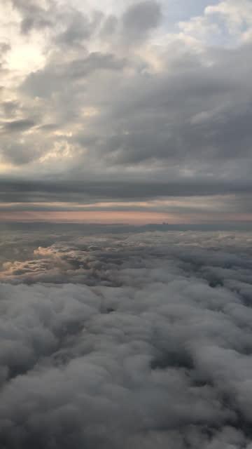 vidéos et rushes de voler entre le nuages avions point de vue - vidéo vertical - prise avec un appareil mobile