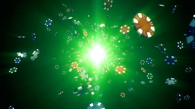 Vuelo casino chips en cámara a cámara lenta con los rayos de luz sobre un fondo colorido, animación de bucle sin interrupción - vídeo