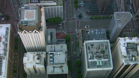 volare direttamente sopra i grattacieli, il centro di los angeles - centro della città video stock e b–roll
