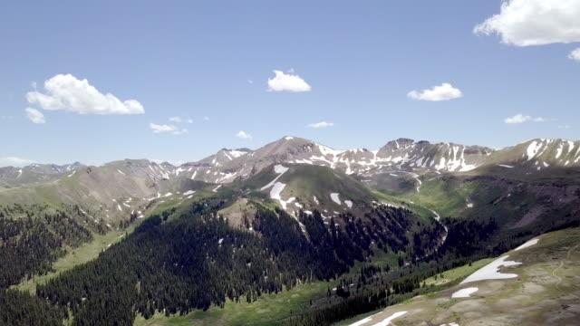 vídeos de stock, filmes e b-roll de voando drone clip de independência passe perto de aspen colorado - independence pass