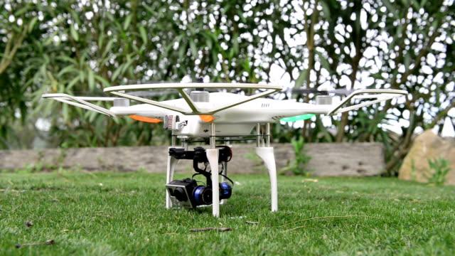 空にカメラを持つ飛行ドローン - コントロール点の映像素材/bロール