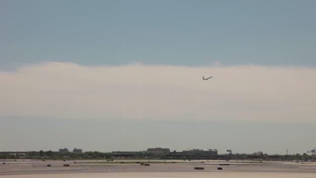flying far away - vidbild bildbanksvideor och videomaterial från bakom kulisserna