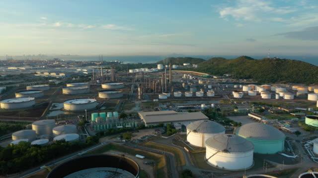 stockvideo's en b-roll-footage met vliegende vooruitgang van de olietank bij raffinaderij fabriek in dag tijd - raffinaderij