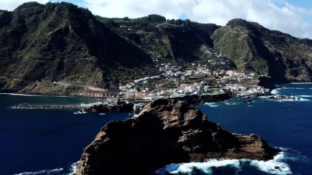 "vídeos de stock e filmes b-roll de flying from ""ilheu mole"" islet to ""porto moniz"" village in madeira island, portugal - ilha da madeira"