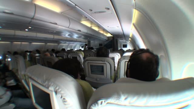 날아가는 일반석 - airplane seat 스톡 비디오 및 b-롤 화면