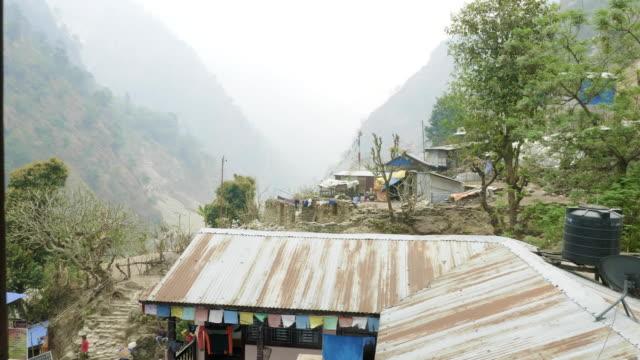 マナスル回路トレッキング ネパールの村に飛んでいます。 - ネパール人点の映像素材/bロール