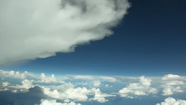 Voando nas nuvens voando nas nuvens. As nuvens estão se movendo na câmera. - vídeo