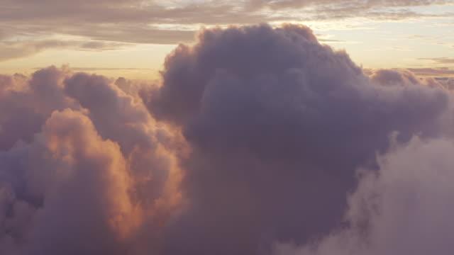 fliegen inmitten einer verträumten lila wolkenlandschaft - wolken stock-videos und b-roll-filmmaterial