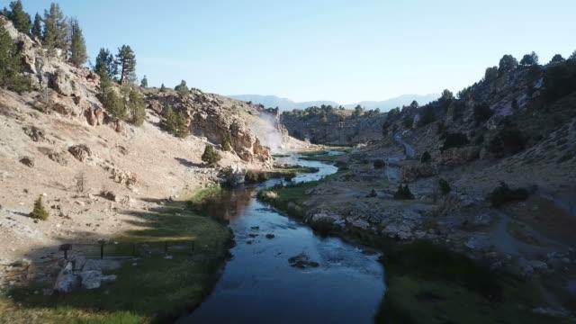 カリフォルニアの荒野で小さな山間の川に低空飛行 - カリフォルニアシエラネバダ点の映像素材/bロール