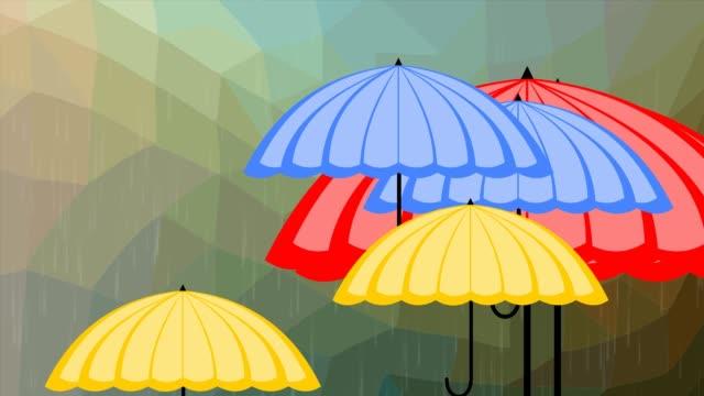 fliegende bunte sonnenschirme am polygonalen hintergrund in regen, wettervorhersage intro - sonnenschirm stock-videos und b-roll-filmmaterial