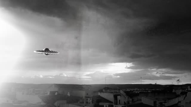 ufo flyger över en stad - rymdvarelse bildbanksvideor och videomaterial från bakom kulisserna