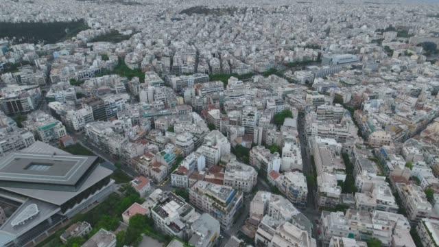 vídeos de stock, filmes e b-roll de voando sobre a cidade de atenas, na grécia - atenas grécia