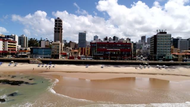 vídeos de stock, filmes e b-roll de flying over praia da barra em salvador, bahia, brasil - nordeste