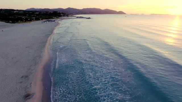 vista aerea: volare sulla spiaggia all'alba - sardegna video stock e b–roll