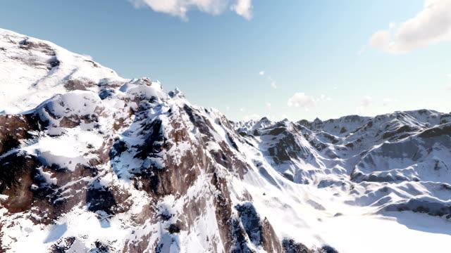 vidéos et rushes de survoler de magnifiques montagnes couvertes de neige - chaîne de montagnes
