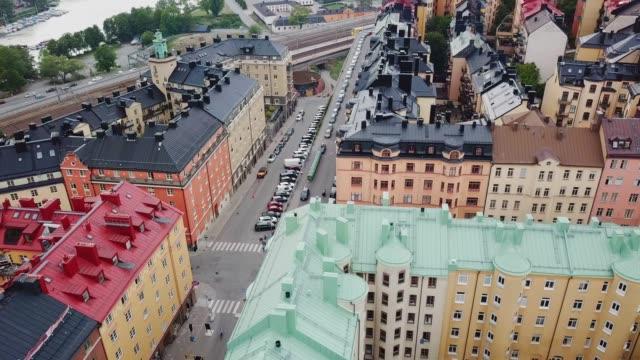 vidéos et rushes de survoler le centre de stockholm, immeubles d'habitation - suede