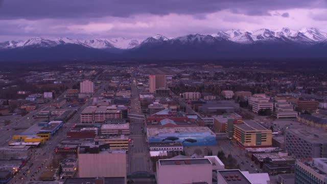 sorvolando la città di anchorage, in alaska, al tramonto. - alaska stato usa video stock e b–roll