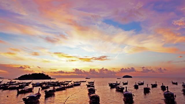stockvideo's en b-roll-footage met vliegen over schone zee en het eiland bij zonsondergang of zonsopgang - horizon over water