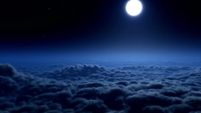 vídeos de stock e filmes b-roll de voar sobre nuvens à noite - céu a noite