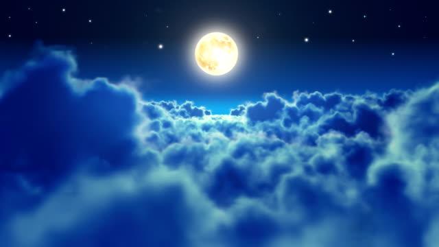 volare sopra le nuvole di notte con luna. anello. - angelo video stock e b–roll