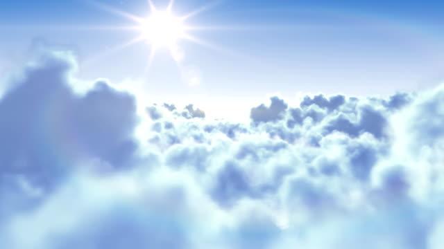 Voler au-dessus des nuages avec le soleil. - Vidéo