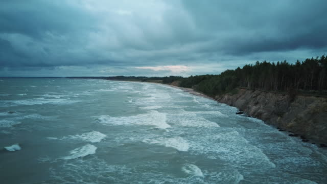 flying over coastline baltic sea jurkalne am abend. areal dron schießen. - ostsee stock-videos und b-roll-filmmaterial