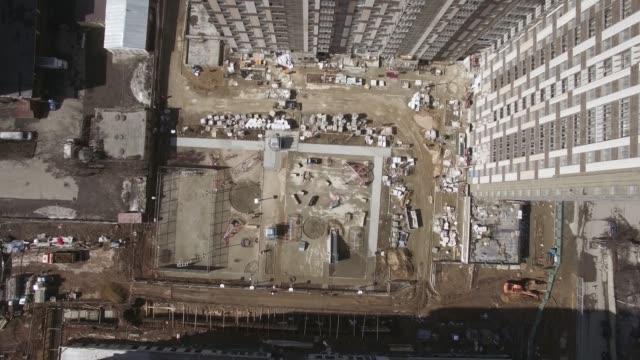 vídeos y material grabado en eventos de stock de sobrevolando la obra y la casa de nueva construcción en moscú, rusia - imperfección