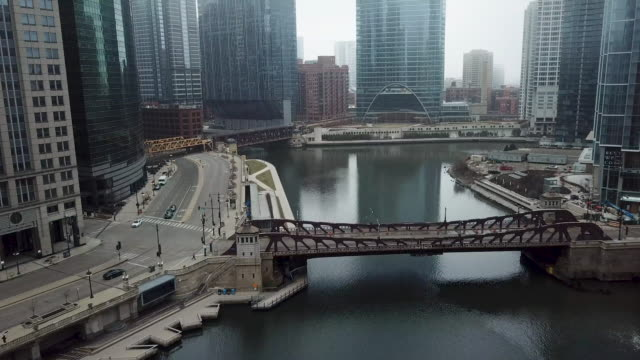 stockvideo's en b-roll-footage met vliegen over lege chicago river tijdens covid-19 pandemie - lockdown