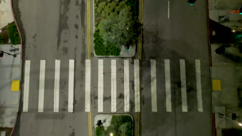 vídeos de stock e filmes b-roll de flying over empty downtown los angeles street - deserto