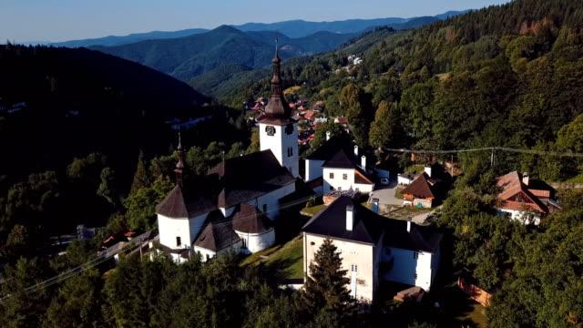 flug über wehrkirche in malerischen historischen dorf spania dolina, slowakei - slowakei stock-videos und b-roll-filmmaterial