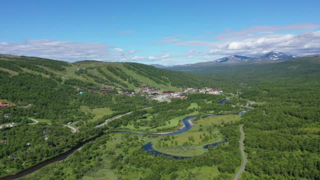 flying över grönt landskap, blue river och ski resort stock video - norrbotten bildbanksvideor och videomaterial från bakom kulisserna