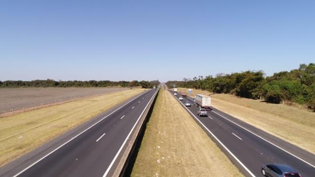 Voando sobre a rodovia em um cenário Rural, Brasil - vídeo