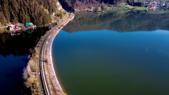 fliegen über dem see in der nähe von mlynky dorf im nationalpark slowakisches paradies, slowakei. - slowakei stock-videos und b-roll-filmmaterial