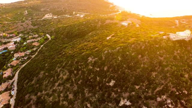 vidéos et rushes de vue aérienne: survolant de lighthouse - inclinaison vers le haut