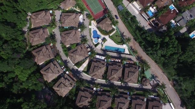 stockvideo's en b-roll-footage met vliegen over luxe wijk - gulf coast states