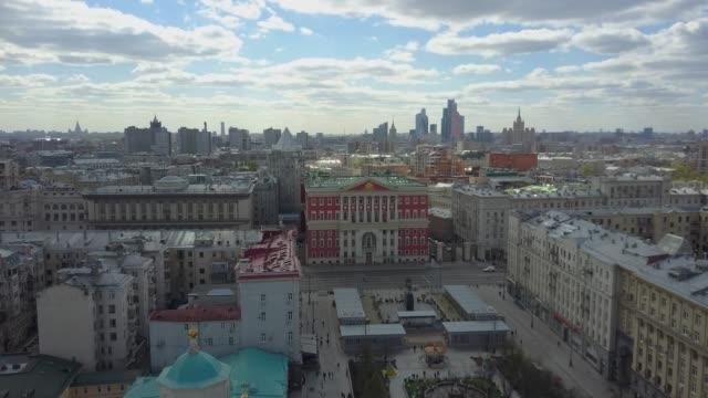 flyga över moskva, stadsbilden med stadshuset på tverskaya-gatan. ryssland - moskva bildbanksvideor och videomaterial från bakom kulisserna