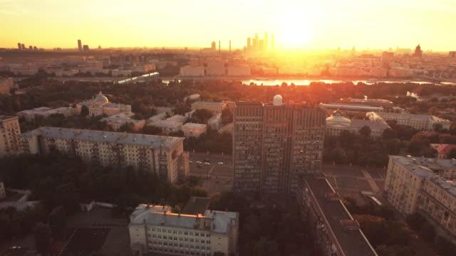 flygande över moscow i solnedgång - moskva bildbanksvideor och videomaterial från bakom kulisserna
