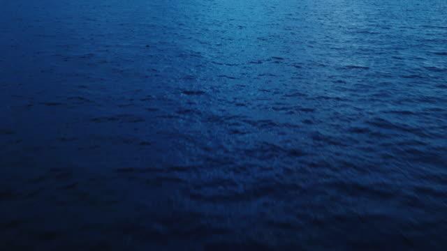 vídeos de stock e filmes b-roll de voar sobre oceano ao entardecer - oceano pacífico